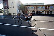Jan Bos is op weg naar de weg om te testen. Het Human Power Team Delft en Amsterdam (HPT), dat bestaat uit studenten van de TU Delft en de VU Amsterdam, is in Amerika om te proberen het record snelfietsen te verbreken. In Battle Mountain (Nevada) wordt ieder jaar de World Human Powered Speed Challenge gehouden. Tijdens deze wedstrijd wordt geprobeerd zo hard mogelijk te fietsen op pure menskracht. Het huidige record staat sinds 2015 op naam van de Canadees Todd Reichert die 139,45 km/h reed. De deelnemers bestaan zowel uit teams van universiteiten als uit hobbyisten. Met de gestroomlijnde fietsen willen ze laten zien wat mogelijk is met menskracht. De speciale ligfietsen kunnen gezien worden als de Formule 1 van het fietsen. De kennis die wordt opgedaan wordt ook gebruikt om duurzaam vervoer verder te ontwikkelen.<br /><br />The Human Power Team Delft and Amsterdam, a team by students of the TU Delft and the VU Amsterdam, is in America to set a new world record speed cycling.In Battle Mountain (Nevada) each year the World Human Powered Speed Challenge is held. During this race they try to ride on pure manpower as hard as possible. Since 2015 the Canadian Todd Reichert is record holder with a speed of 136,45 km/h. The participants consist of both teams from universities and from hobbyists. With the sleek bikes they want to show what is possible with human power. The special recumbent bicycles can be seen as the Formula 1 of the bicycle. The knowledge gained is also used to develop sustainable transport.
