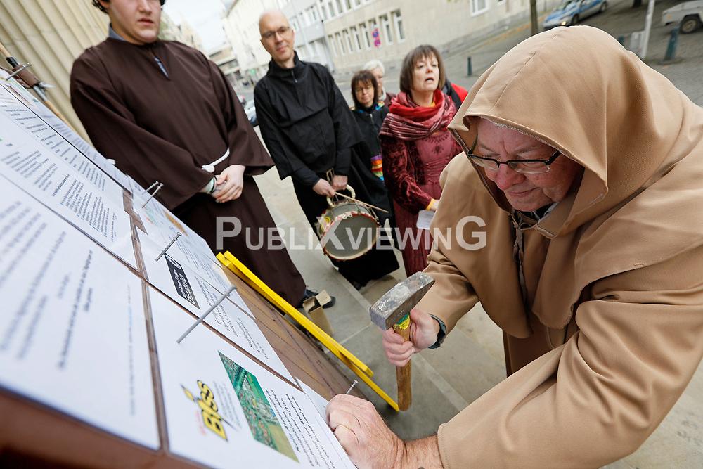 Aktivisten der nieders&auml;chsischen Atomstandorte nageln vor dem Landtagsgeb&auml;ude in Hannover ihre Thesen (Forderungen) an die neu gew&auml;hlte Landesregierung an eine symbolische T&uuml;r.<br /> <br /> Ort: Hannover<br /> Copyright: Andreas Conradt<br /> Quelle: PubliXviewinG