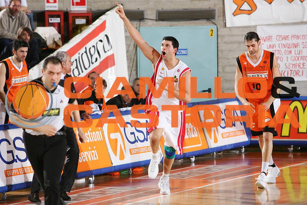 DESCRIZIONE : Udine Lega A1 2005-06 Snaidero Udine Whirlpool Varese <br /> GIOCATORE : Fernandez <br /> SQUADRA : Whirlpool Varese <br /> EVENTO : Campionato Lega A1 2005-2006 <br /> GARA : Snaidero Udine Whirlpool Varese <br /> DATA : 01/04/2006 <br /> CATEGORIA : Esultanza <br /> SPORT : Pallacanestro <br /> AUTORE : Agenzia Ciamillo-Castoria/S.Silvestri