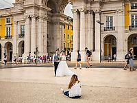 Futurs maries lors d'une prise de vue sur la Praça do Comercio.