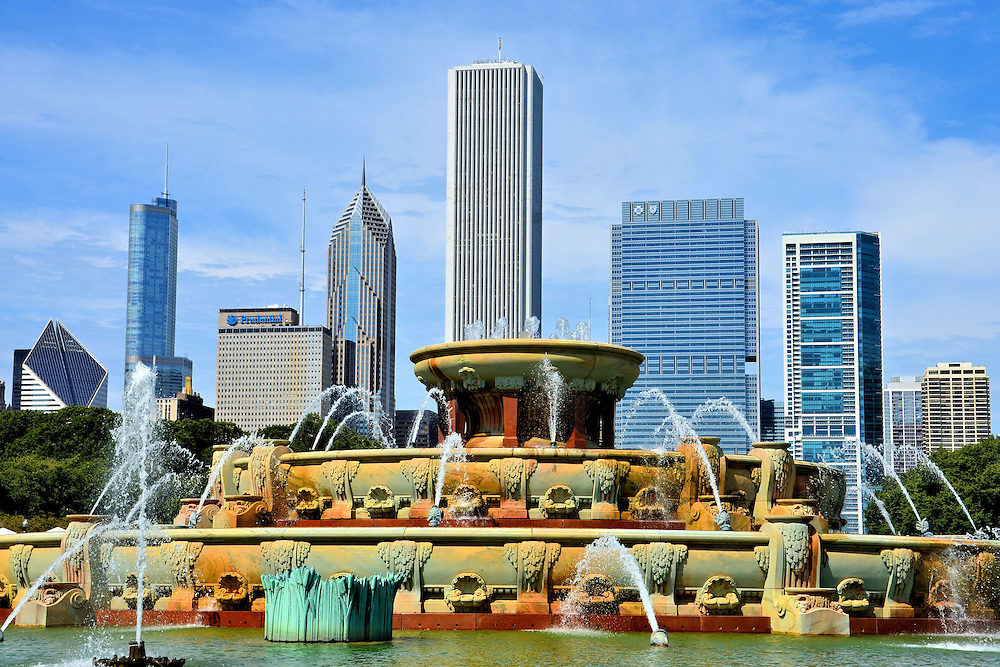 Buckingham Fountain And Downtown Skyline In Chicago Illinois