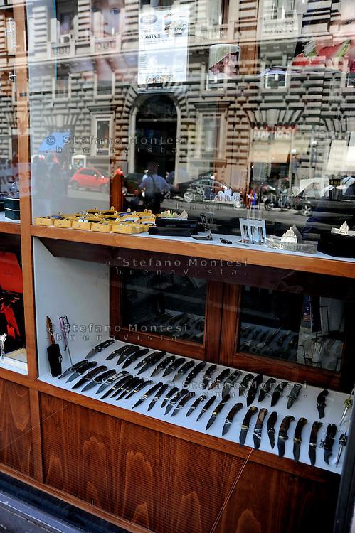 Roma 12  Giugno 2009.In un negozio in Via Cavour una vetrina con vari tipi di coltelli in vendita.<br /> Store that sells knives in Via Cavour