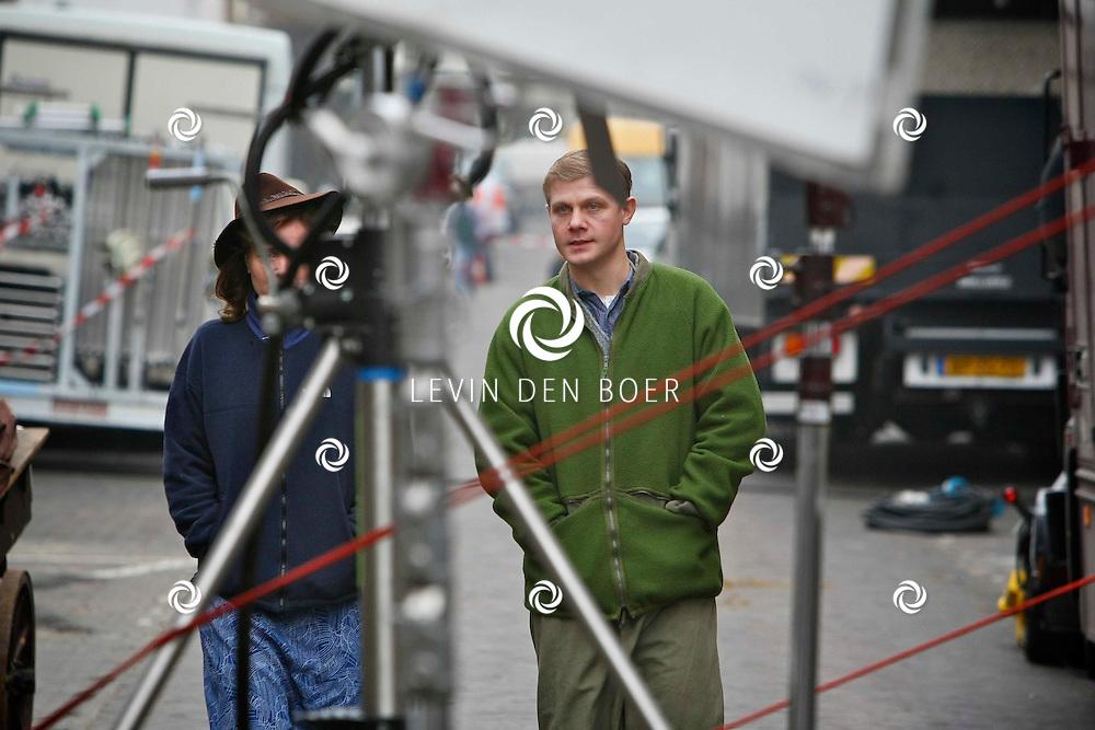 DEN HAAG - In de oude straten van Den Haag zijn ze een nieuwe film aan het opnemen genaamd Sonny Boy naar het boek van Annejet van der Zijl. Met op de foto  Ricky Koole alias Rika van der Lans en Micha Hulshof als Marcel van der Lans lopen samen de set op. FOTO LEVIN DEN BOER / PERSFOTO.NU
