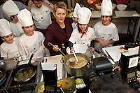"""03 FEB 2005, BERLIN/GERMANY:<br /> Renate Kuenast, B90/Gruene, Bundesministerin fuer Verbraucherschutz und Landwirtschaft, kocht mit Kindern der Werbellinsee-Gundschule unter dem Motto """"Bio-Kochen"""", Werbellinsee-Gundschule<br /> IMAGE: 20050203-01-010<br /> KEYWORDS: Renate Künast, Kids, Kind, kochen, Kueche, Küche, Herd, gesund, Kochtopf, Fotografen , Kamera, Camera"""