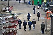 Nederland, Nijmegen, 27-2-2014 Bouwplaats voor huizen in de nieuwe wijk Laauwik, onderdeel van de stadsuitbreiding Waalsprong van Nijmegen in Lent. Bouwvakkers lopen naar de schaftkeet om te lunchen. sociale huur,koop en vrije sector. Foto: Flip Franssen/Hollandse Hoogte