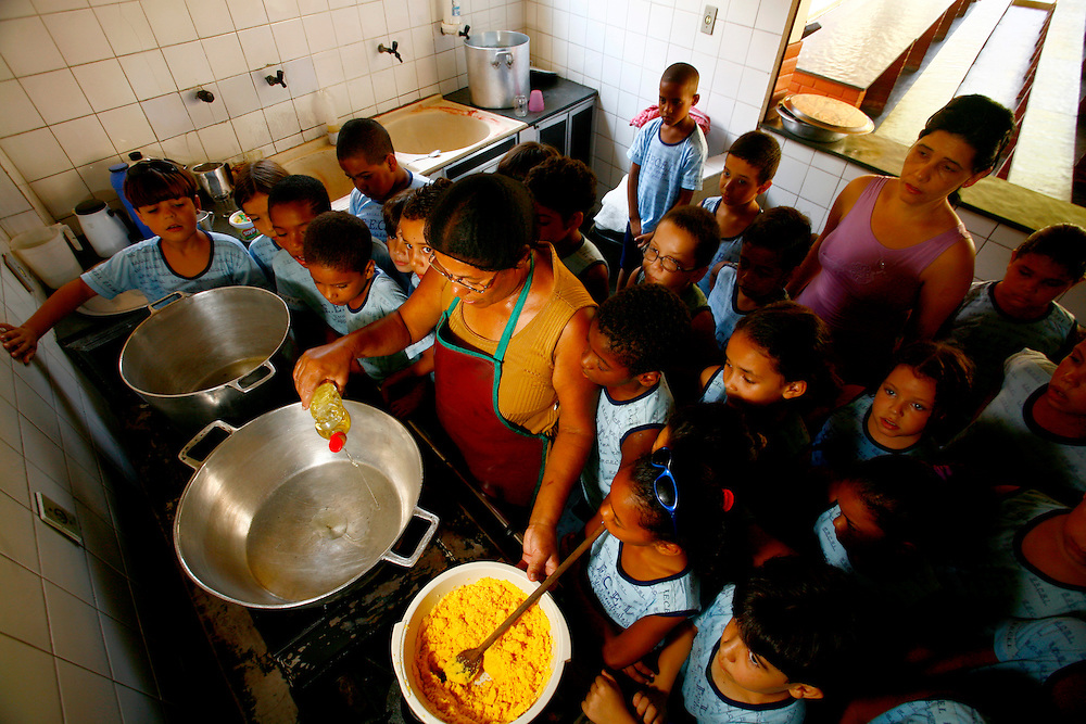 Timoteo_MG, Brasil...A Escola Estadual Capitao Egidio Lima conseguiu refazer seu curriculo, sem ajuda da rede. O grande forte la e a valorizacao da cultura afro-brasileira. Na foto, oficina de culinaria...The State School Capitao Egidio Lima. The school values the african-Brazilian culture. In this photo, the culinary workshop...Foto: LEO DRUMOND / NITRO.