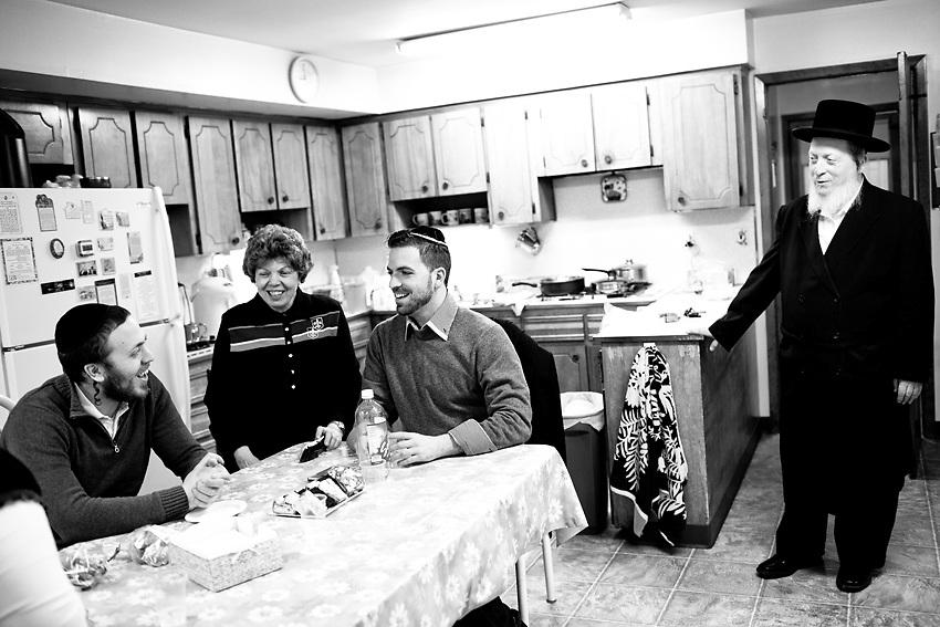 Avrumi e` il fratello minore di Kal e, appena saputo del suo arrivo in citta`, e' passato dopo cena per salutare il fratello e unirsi nei canti post-pasto con lui ed il padre. Il tutto nella cucina della casa della loro infanzia. Fotografia scattata la sera del 9 Marzo, 2014.