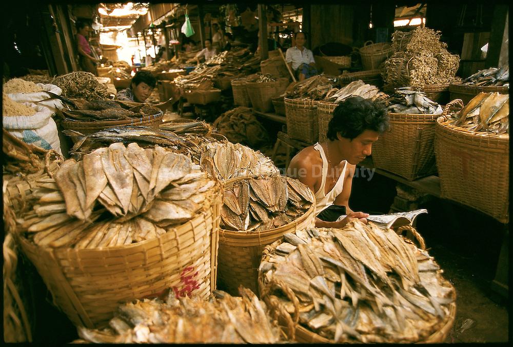 Poissons seches dans le marche de Bago, Birmanie