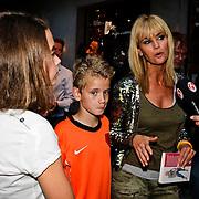 """NLD/Amsterdam/20100614 - Boekpresentatie Daphne Deckers """" Laat Maar Waaien"""", Daphne Deckers met kinderen Emma en Alec"""