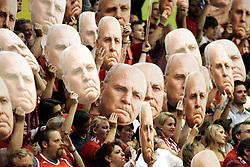"""22.04.2013, Muenchen, Der unter dem Verdacht der Steuerhinterziehung stehende Präsident des FC Bayern München, Uli Hoeneß, hat laut der """"Bild am Sonntag"""" zusammen mit seiner Selbstanzeige knapp sechs Millionen Euro an das Finanzamt gezahlt. Laut dem Chef der deutschen Steuer-Gewerkschaft, Thomas Eigenthaler, folgert daraus, dass """"Hoeneß mindestens zehn Millionen Euro Einnahmen nicht angegeben hat"""". Den Ruecktritt von seinen Bayern-Aemtern schließt Hoeneß aus, im Bild Fans des FCB halten Pappkarten mit dem Konterfei von Uli Hoeness hoch, Bild aufgenommen am 08.05.2012. EXPA Pictures © 2013, PhotoCredit: EXPA/ Eibner/ Bildpressehaus..***** ATTENTION - OUT OF GER *****"""