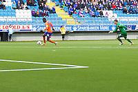 Treningskamp fotball 2014: Molde - Aalesund. Aalesunds Leke James runder keeper Ørjan Nyland i treningskampen mellom Molde og Aalesund på Aker stadion.