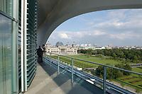 02 JUL 2003, BERLIN/GERMANY:<br /> Der Reichstag, Sitz des Deutschen Bundestages, von der Terasse der Dienstwohnung des Bundeskanzlers im Bundeskanzleramt aus gesehen<br /> IMAGE: 20030702-03-001<br /> KEYWORDS: Sommer