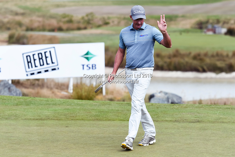 Matthew Millar (ACT) waves to the crowd after his final putt on the 18th hole.<br /> NZ Rebel Sports Masters, Wainui Golf Club, Wainui, Auckland, New Zealand. 14 January 2018. &copy; Copyright Image: Marc Shannon / www.photosport.nz.