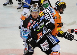 10.10.2010, Keine Sorgen Eisarena, Linz, AUT, EBEL, EHC Liwest Linz vs Moser Medical Graz 99ers, im Bild Rob Shearer (Liwest Black Wings,#19) und Michael Oullette (Moser Medical Graz 99ers,#28), EXPA Pictures © 2010, PhotoCredit: EXPA/R.Eisenbauer