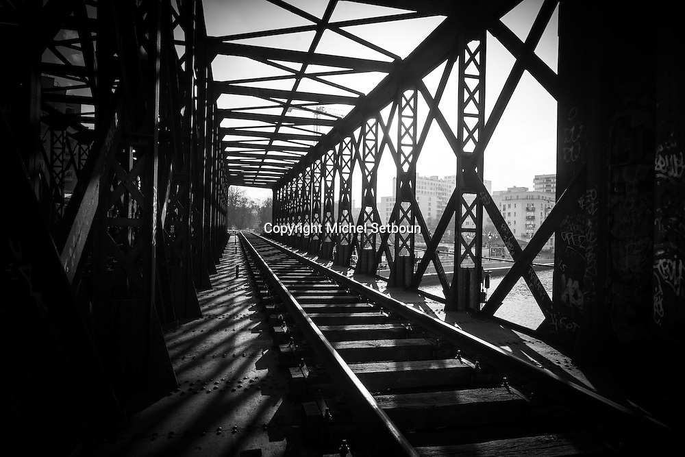 Paris, 19th district, canal de l'Ourcq, cage bridge of the former train line called petite ceinture / Le pont cage sur le canal de l'Ourcq de l'ancienne voie ferree de la petite ceinture