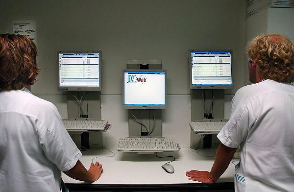 Nederland, Nijmegen, 19-8-2005Op de intensive care staan computers waarmee door verpleegkundigen de juiste medicijnen, medicatie voor de patiënten gevonden kunnen worden.Foto: Flip Franssen