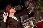 """""""SAVEURS NATURES"""". Dans le cadre du PNR Judith Baumann propose dans ses ateliers une approche moderne et naturelle de la cuisine de saison: baigné de saveurs naturelles avec des plantes sauvages fraichement cueillies.  © Romano P. Riedo"""