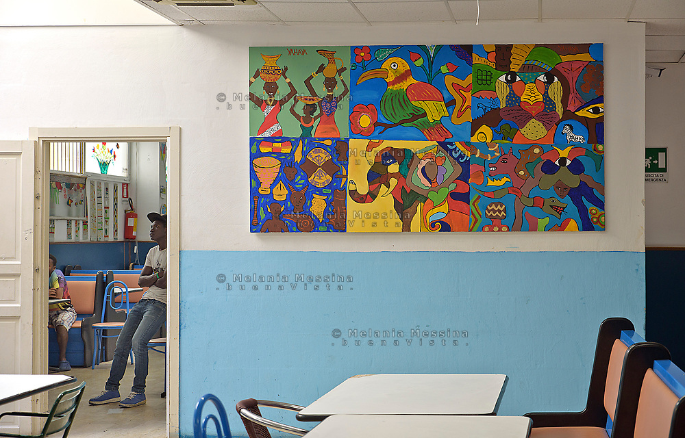 Palermo, centro d'accoglienza per minori non accompagnati Asante, la sala mensa con i dipinti fatti dai ragazzi durante il laboratorio di pittura<br />