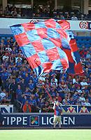 Vålerenga-supportere. Kjempestort flagg. Vålerenga - Moss 2-2. Tippeligaen 2000. 6. august 2000. (Foto: Peter Tubaas/Fortuna Media)