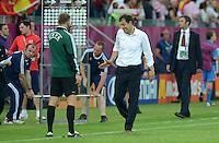 FUSSBALL  EUROPAMEISTERSCHAFT 2012   VORRUNDE Kroatien - Spanien                 18.06.2012 Trainer Slaven Bilic (re, Kroatien) reklamiert bei den vierten Offiziellen Richard Liesveld (li)