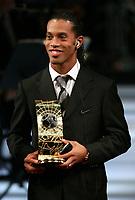 Ronaldinho FIFA World Player 2004 mit dem Pokal. © Valeriano Di Domenico/EQ Images