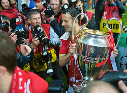 MOSCOW, RUSSIA - Wednesday, May 21, 2008: Manchester United's Ryan Giggs celebrates with the European Cup after beating Chelsea on sudden death penalties to win the UEFA Champions League Final at the Luzhniki Stadium. (Photo by David Rawcliffe/Propaganda)