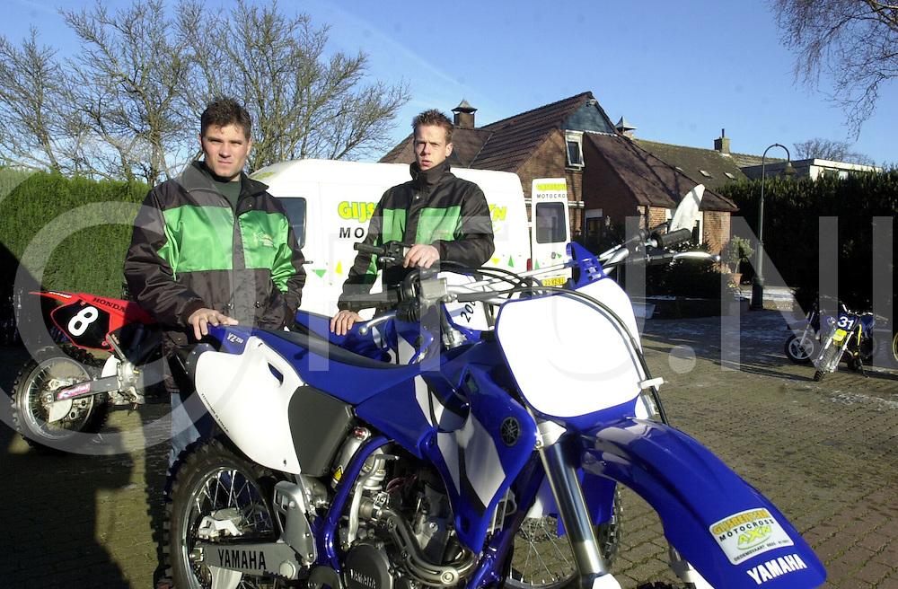 fotografie frank uijlenbroek©2001 frank uijlenbroek.020103 dedemsvaart ned.Berty Gijsbertsen(L) en Wouter plas starten service punt voor motoren.