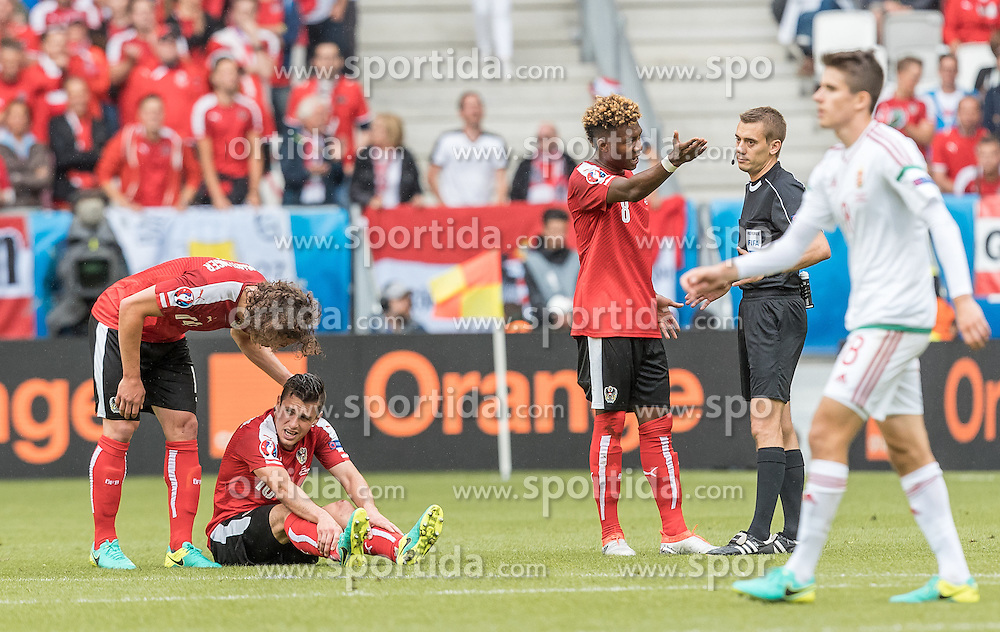 14.06.2016, Stade de Bordeaux, Bordeaux, FRA, UEFA Euro, Frankreich, Oesterreich vs Ungarn, Gruppe F, im Bild Julian Baumgartlinger (AUT), Zlatko Junuzovic (AUT), David Alaba (AUT), Referee Clement Turpin (FRA) // Julian Baumgartlinger (AUT) Zlatko Junuzovic (AUT) David Alaba (AUT) Referee Clement Turpin (FRA) during Group F match between Austria and Hungary of the UEFA EURO 2016 France at the Stade de Bordeaux in Bordeaux, France on 2016/06/14. EXPA Pictures © 2016, PhotoCredit: EXPA/ JFK