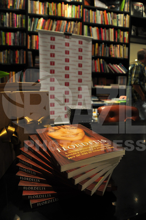 """RIO DE JANEIRO, 05 DE ABRIL DE 2011 - LANÇAMENTO DO LIVRO FLORDELIZ - Lançamento na noite de ontem (04) do livro """"Flordeliz"""", da autora Flor de Liz na livraria da Travessa, Leblon, Zona Sul do Rio.  (FOTO: STÉPHANIE SARAMAGO/NEWS FREE)"""