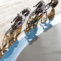 Nederlands Kampioenschap puntenkoers vrouwen in het Omnisportcentrum Apeldoorn Kirsten Wild probeerd met groepje een ronde te pakken