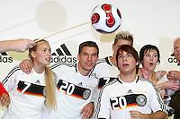 FUSSBALL     INTERNATIONAL     SAISON 2007/2008   DFB und Adidas praesentieren das neue EM Trikot zur Europameisterschaft 2008 am 14.11.2007 in Hannover Models und Lukas PODOLSKI (2. v.li) posieren im neuen Trikot