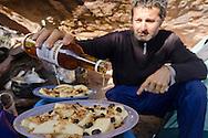 """AUYANTEPUY, VENEZUELA. Guía preparando desayuno en el campamento ''El Oso''. El Auyantepuy es el mayor de los tepuis del Parque Nacional Canaima. En sus 700 kms2 alberga el salto angel o conocido por lengua indígena Pemon como """"Kerepacupai Vena; es la caída de agua más grande del mundo con sus 979 metros de altura. (Ramon lepage /Orinoquiaphoto/LatinContent/Getty Images)"""
