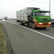 Voorbij razende vrachtwagens A1 Naarden, verkeer, zwaar transport
