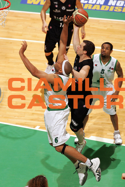 DESCRIZIONE : Siena Lega A1 2006-07 Playoff Finale Gara 3 Montepaschi Siena VidiVici Virtus Bologna <br /> GIOCATORE : Brett Blizzard<br /> SQUADRA : VidiVici Virtus Bologna <br /> EVENTO : Campionato Lega A1 2006-2007 Playoff Finale Gara 3<br /> GARA : Montepaschi Siena VidiVici Virtus Bologna <br /> DATA : 17/06/2007 <br /> CATEGORIA : Penetrazione Tiro<br /> SPORT : Pallacanestro <br /> AUTORE : Agenzia Ciamillo-Castoria/L.Moggi<br /> Galleria : Lega Basket A1 2006-2007 <br /> Fotonotizia : Siena Campionato Italiano Lega A1 2006-2007 Playoff Finale Gara 3 Montepaschi Siena VidiVici Virtus Bologna <br /> Predefinita :