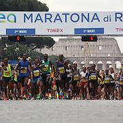 Roma 02/04/2017 <br /> Maratona di Roma 2017<br /> la partenza degli atleti professionisti a via dei fori imperiali con lo sfondo del Colosseo