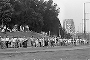 Nederland, Nijmegen, 16-7-1985Op de Wedren startten om 4 uur de eerste lopers van de 4 daagse voor een tocht door de Betuwe. Via de Oosterhoutse dijk en de Waalbrug komt men bij de finish.The International Four Day Marches Nijmegen, or Vierdaagse, is the largest marching event in the world. It is organised every year in Nijmegen in mid-July as a means of promoting sport and exercise. Participants walk 30, 40 or 50 kilometers daily, and, on completion, receive a royally approved medal, Vierdaagsekruis. The participants are mostly civilians, but there are also a few thousand military participants. The vierdaagse, Dutch for Four day Event, is an annual walk that has taken place since 1909, being based at Nijmegen since 1916.Foto: Flip Franssen/Hollandse Hoogte