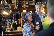 Setbezoek van het  tweede seizoen Dokter Tinus waar de opnamen in Woudrichem plaats vinden.<br /> <br /> Op de foto: scene met Jack Wouterse en Juliette van Ardenne