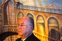 Nederland. Hilversum, 24 februari 2002. <br />Presentatie kandidaten landelije verkiezingen Leefbaar Nederland. Zakenman en bestuurslid Willem van Kooten moet maar een rondje geven, zei Jan Nagel. LN staat rood bij de bank. Na afloop van de presentatie biedt van Kooten spontaan een glas water aan.           <br />Bij de eerste 20 kandidaten prijken de <br />namen van oud-minister Westerterp,     <br /> officier van justitie Teeven en Rabella<br />de Faria,de Zwarte Zakenvrouw van 2001.<br />Vanochtend werd bekend LN rood staat.De<br />rechter beslist of LN campagnegeld moet<br /> terugbetalen aan zakenman Harry Mens,na<br />het vertrek van lijsttrekker Fortuyn.<br />Foto Martijn Beekman