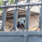 Quasi 800 profughi di cui più di 100 bambini vengono ospitati nella struttura di accoglienza Baobab di Via Cupa a Roma. La struttura può accogliere circa 220 migranti. Semplici cittadini e il gruppo SEL hanno raccolto generi alimentari da distribuire agli all'interno della struttura. Alcuni ragazzi da una finestra del centro.