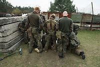 """03 APR 2012, LEHNIN/GERMANY:<br /> Vorbesprechung einer Uebung, Kampfschwimmer der Bundeswehr trainieren """"an Land"""" infanteristische Kampf, hier Haeuserkampf- und Geiselbefreiungsszenarien auf einem Truppenuebungsplatz<br /> IMAGE: 20120403-01<br /> KEYWORDS: Marine, Bundesmarine, Soldat, Soldaten, Armee, Streitkraefte, Spezialkraefte, Spezialkräfte, Kommandoeinsatz, Übung, Uebung, Training, Spezialisierten Einsatzkraeften Marine, Waffentaucher"""