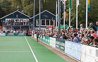 BLOENDAAL - Publiek met clubhuis van Bloemendaal  tijdens de hoofdklasse wedstrijd hockey tussen de mannen van Bloemensaal en Rotterdam (2-3) COPYRIGHT KOEN SUYK