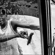 DAILY VENEZUELA / VENEZUELA COTIDIANA.Child wipers, El Guapo, Miranda State - Venezuela 2003.(Copyright © Aaron Sosa)