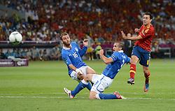 FUSSBALL  EUROPAMEISTERSCHAFT 2012   FINALE Spanien - Italien            01.07.2012 Xavi Hernandez (re, Spanien) zieht ab. Daniele De Rossi (li) und Giorgio Chiellini (re, beide Italien) veruschen zu retten