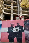 Fotografia de una pareja en la valla de  fachada de una construcción de un edificio en la ciudad de Panama .Foto: Ramon Lepage / Istmophoto.