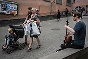 Musikant i Peter Myndes backe vid Slussen. Vad är det för intrument?