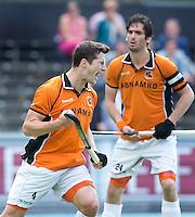 AMSTELVEEN - HOCKEY-   Sander Baart heeft voor OZ de score geopend  tijdens de competitie hoofdklasse hockeywedstrijd  tussen de mannen van Amsterdam en Oranje Zwart (4-6). rechts aanvoerder Robert van der Horst.  Foto  KOEN SUYK