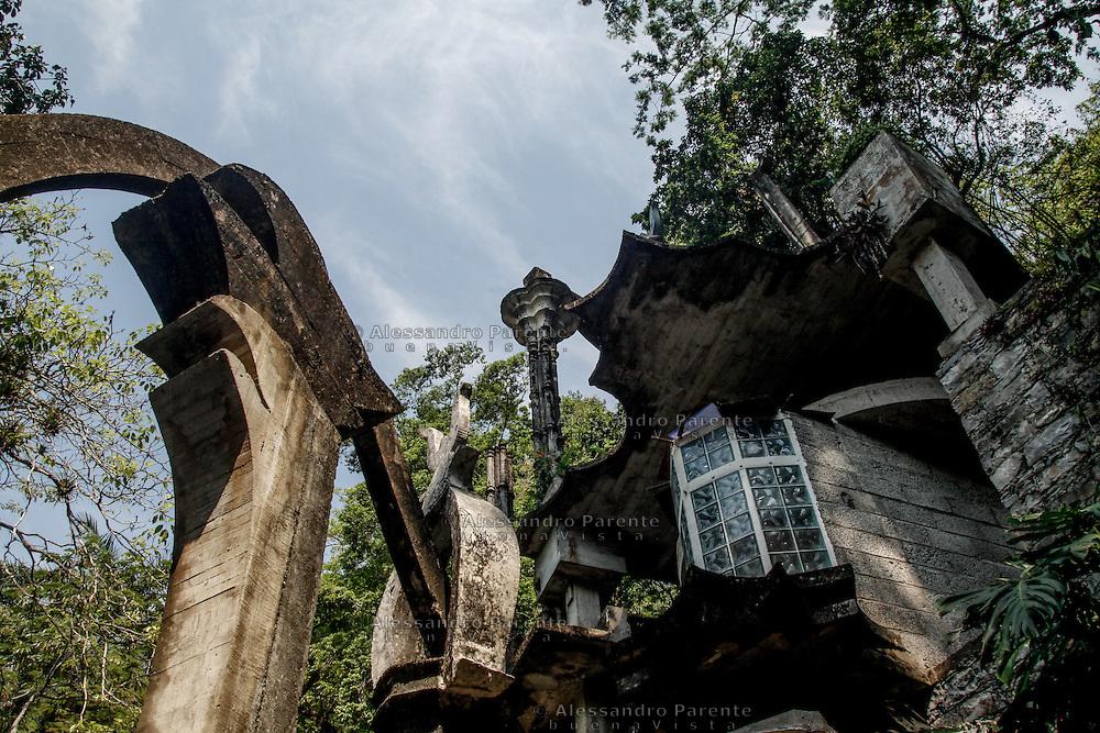 Le strutture sono realizzate in cemento, che con il tempo sta cambiando colore, mimetizzandosi con elementi naturali.