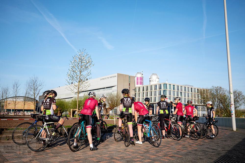 Wielrenners verzamelen zich op een plein in Amsterdam om samen te gaan fietsen.<br /> <br /> Road cyclists gather in Amsterdam for a tour.
