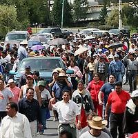 Toluca, Mex.- Comerciantes desalojados de la zona Terminal - Mercado Juarez, marchan sobre los carriles centrales del paseo Tollocan exigiendo su reubicacion. Agencia MVT / Mario Vazquez de la Torre.  (DIGITAL)<br /> <br /> <br /> <br /> NO ARCHIVAR - NO ARCHIVE
