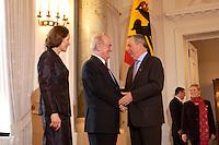 07 JAN 2004, BERLIN/GERMANY:<br /> Johannes Rau (M), Bundespraesident, seine Frau Christina Rau (L), und Klaus Toepfer (R), CDU, Exekutivdirektor Umweltprogramm des Vereinten Nationen UNEP, waehrend des Deefiles, Neujahrsempfang des Bundespraaesidenten, Schloss Bellevue<br /> IMAGE: 20040107-01-024<br /> KEYWORDS: Empfang, Neujahr, Bundespräsident, Gattin, Praesidentengattin, Präsidentengattin, Klaus Töpfer